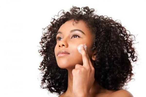 black-woman-light-skinned-applying-make-up